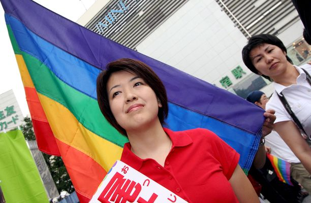 Opposition kansanedustaja Kanako Otsuji iloitsi tuomioistuimen päätöksestä. Hän on yksi harvoista avoimesti homoseksuaaleista poliitikoista Japanissa. Kuva otettu kesällä 2007.