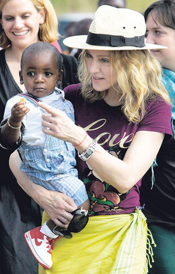 LISÄÄ LAPSIA! Madonna ja hänen adoptiopoikansa David Banda ovat tällä viikolla Malawissa. Madonna haluaa säilyttää pojan siteet kotimaahansa. Laulaja tutustui matkalla myös paikalliseen päivähoitopaikkaan, jota hän tukee rahallisesti.