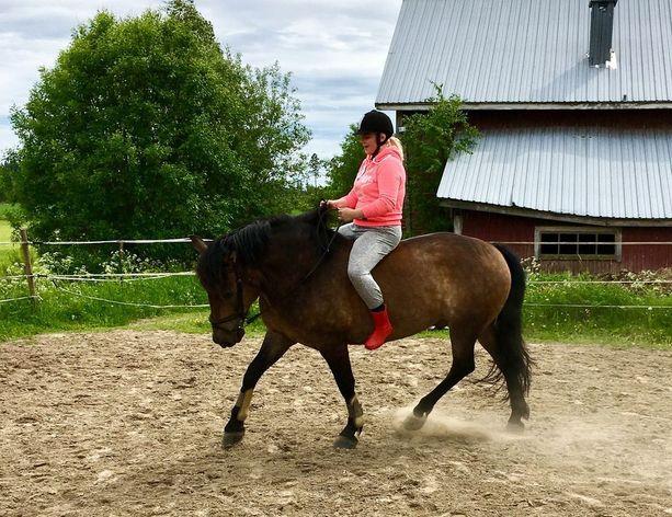 Tässä Nanna ratsastaa ystävänsä hevosella.
