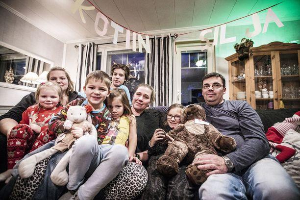 Silja pääsi itsenäisyyspäiväksi kotiin sairaalasta ja toipuu nyt perheen parissa. Kuvassa Enni, Iida, Paavo, Kalle, Isla, Mila, Silja ja Petri Mäki.