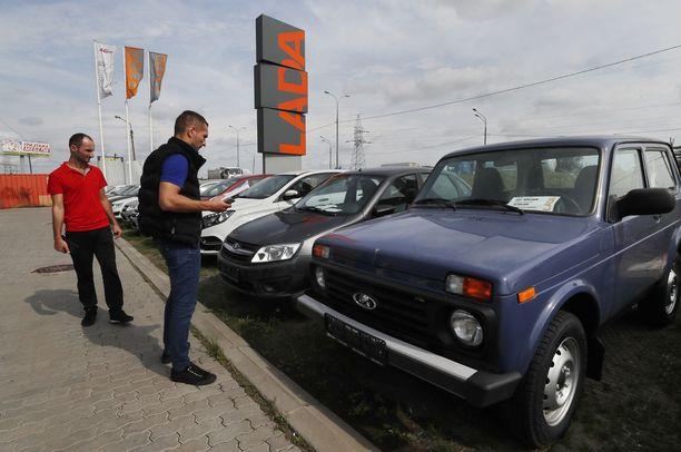 Yhä useampi venäläinen omistaa auton. Ladojen (kuvass) suosio on yhä vakaa Venäjällä.