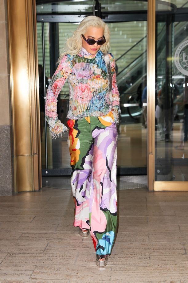 Rita Ora ei välttele valokeilaa! Tuskin hän olisi pukeutunut tähänkään asuun, jos ei haluaisi tulla nähdyksi.