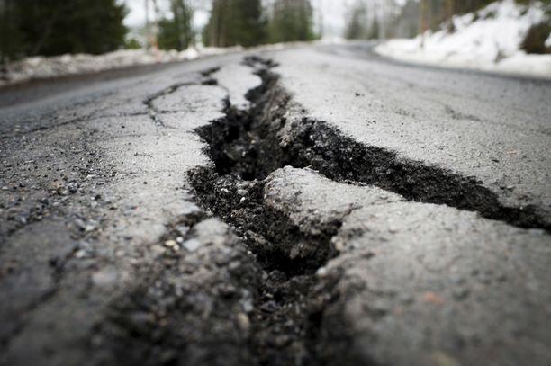 Huonokuntoisen tiestön määrä kasvaa Suomessa. Korjausvelka on paisunut jo miljardiluokkaan.