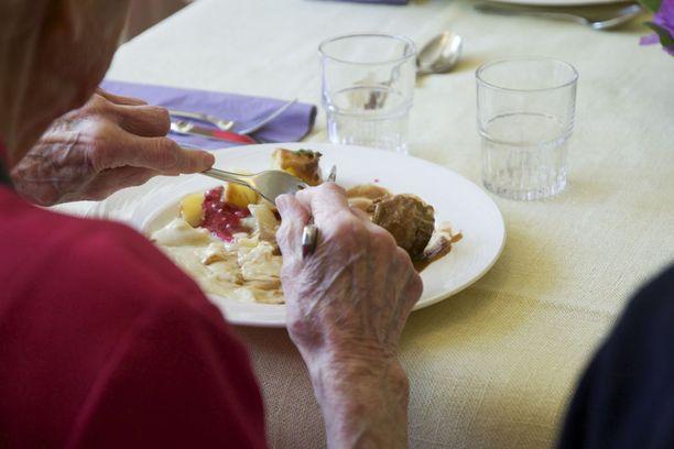 Tutkituista ikääntyneistä 77 prosenttia sai ravinnostaan suositeltua vähemmän proteiinia. Myös folaatin sekä D- ja E-vitamiinin saanti oli suosituksia vähäisempi.