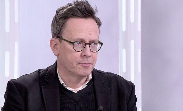 Timo Hokela sai tietää syövästä vuonna 2014. Hän on kirjoittanut sen jälkeen kirjan rauhankoneesta, jolla toivoo helpostusta ihmisten kommunikointiin.