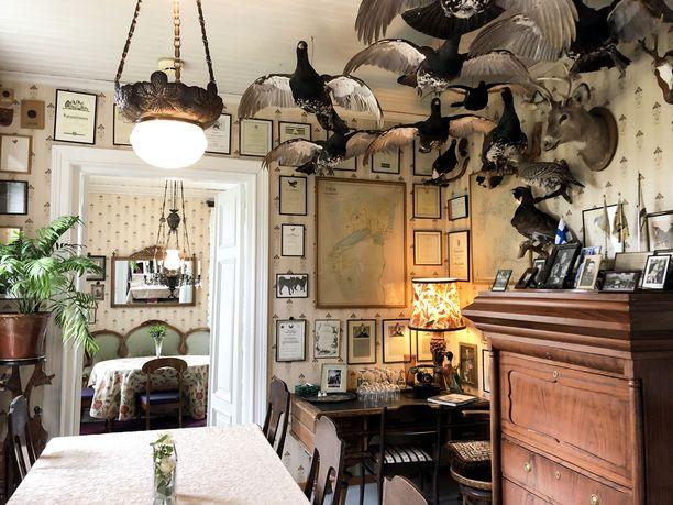 Kartanon metsästyshuone on menneiden vuosien maskuliininen ajankuva.