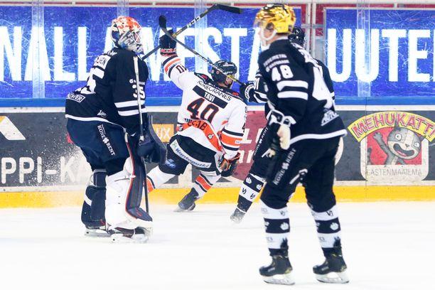 TPS-vahti Erik Källgren ja -hyökkääjä Lauri Pajuniemi joutuvat todistamaan HPK:n Janne Tavin tuulettelua.