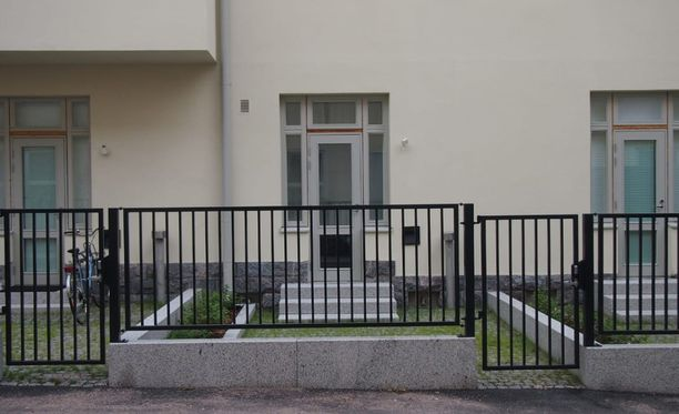 Helsinkiläisen kerrostalon pihalla ollut joutomaatilkku muutettiin jokaisen yksiön omaksi pieneksi pihaksi talon peruskorjauksen yhteydessä. Idean Tapaninen sai Lontoosta.