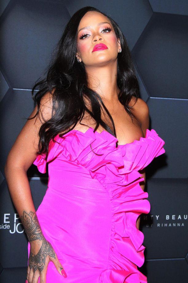 Muoti-ikoni Rihannan alusvaatemerkki Savage Fenty  julistaa seksikkään tyylin kuuluvan kaikille naisille taustaan, kokoon ja ikään katsomatta, ja niinpä merkki on noussut yhdeksi muodin puhuttavimmista brändeistä. Rohkeana pukeutujana Rihanna ei itsekään kainostele vaatevalinnoissaan - ja hyvä niin!