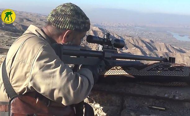 Keskustelupalstoilla esitettyjen arvioiden mukaan Tahseenin käyttämä ase on 50 kaliberinen iranilainen tarkka-ampujakivääri.