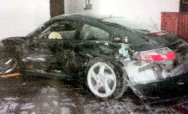 Näin pahaa jälkeä kaahaillut kuski sai autolleen aikaan.