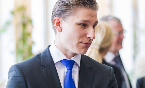 Tuore oikeusministeri Antti Häkkänen (kok) valitsi uudeksi erityisavustajakseen monenlaisia kohuja aiheuttaneen kokoomuksen ex-kansanedustajan Tapani Mäkisen.