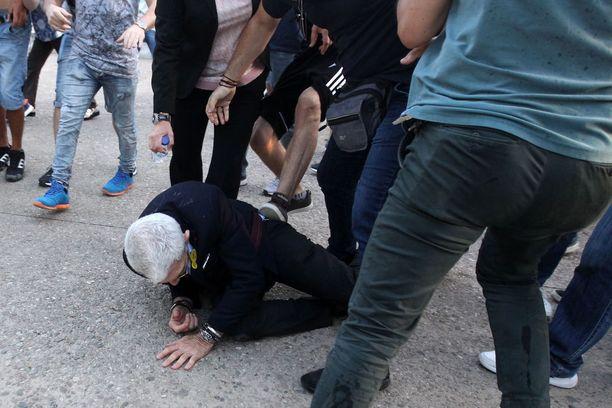 Yiannis Boutarisia potkittiin ja heiteltin muun muassa pulloilla.