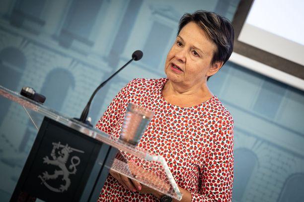 Kansliapäällikkö Kirsi Varhila kertoi koronarokotteen tulosta Suomeen. Arkistokuva.