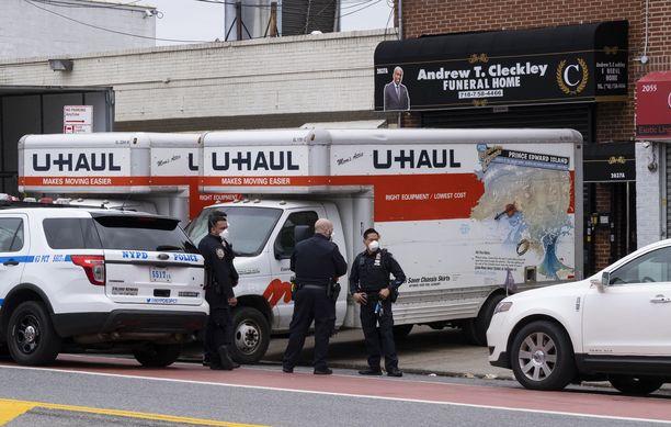 Ruumiit oli pakattu muuttoyhtiö U-Haulin vuokra-autoihin.