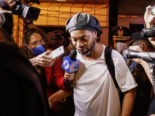 Ronaldinho kuvattuna huhtikuussa, kun mies siirrtettiin vankilasta kotiarestiin hotelliin.