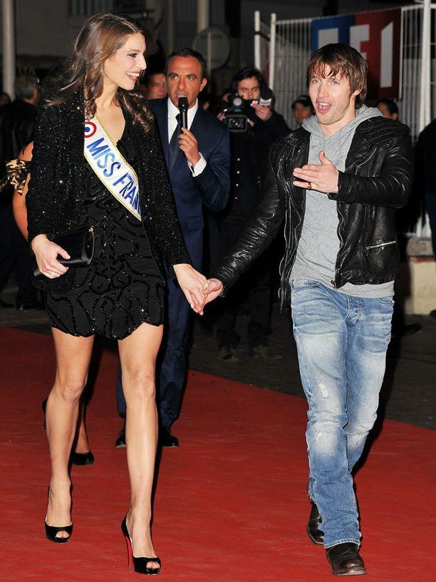 Laulaja James Blunt asteli käsi kädessä pitkäsäärisen Miss Ranska 2011 Layry Thillemanin kanssa.
