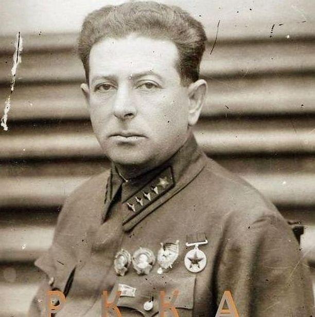 Ensimmäisen luokan armeijakomissaari Lev Mehlis joutui raportoimaan Stalinille huonosti etenevästi hyökkäyksestä.