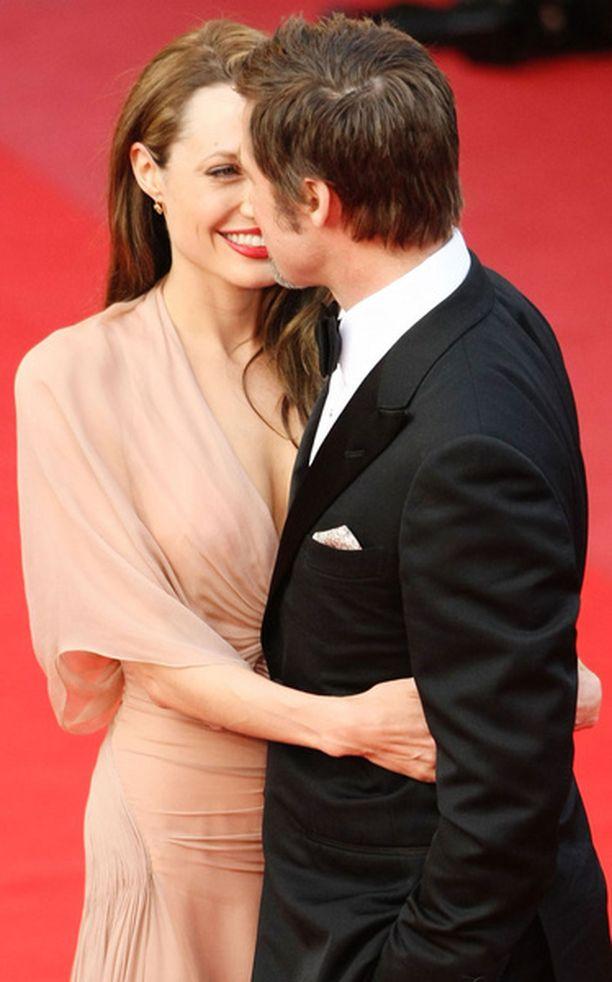 Angelinan ja Bradin on vaikeaa löytää kahdenkeskistä aikaa lapsikatraan ja elokuvaproduktioiden keskellä.