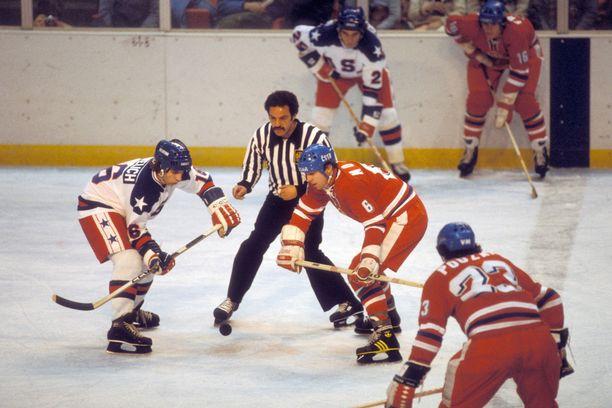 Mark Pavelich (vasemmalla) oli mukana viemässä USA:n sensaatiokultaan 1980.