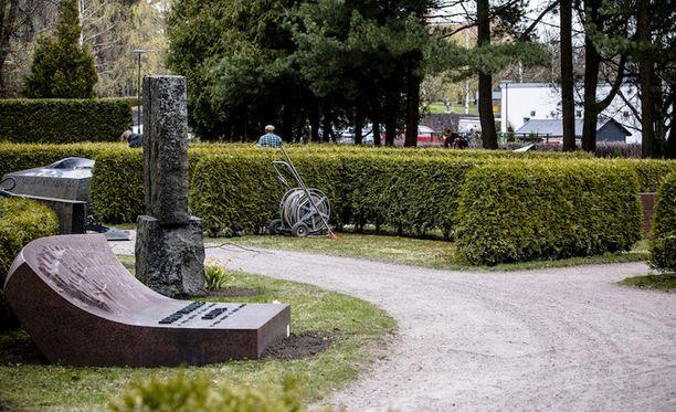 Presidentti Mauno Koiviston tulevan hautapaikan ympäristöä siistittiin Hietaniemen hautausmaalla.