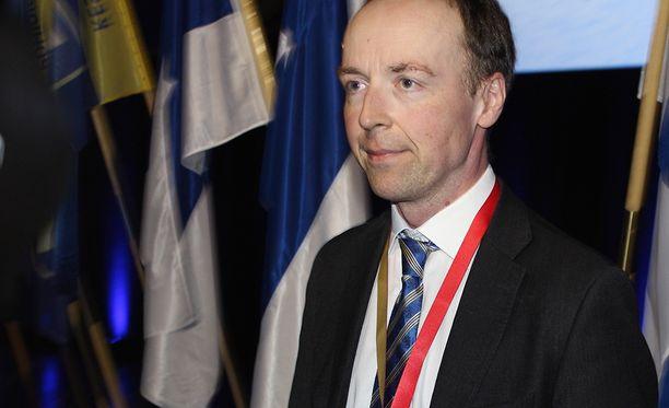 Perussuomalaisten puheenjohtaja Jussi Halla-aho poisti Facebook-jakonsa myöhemmin.