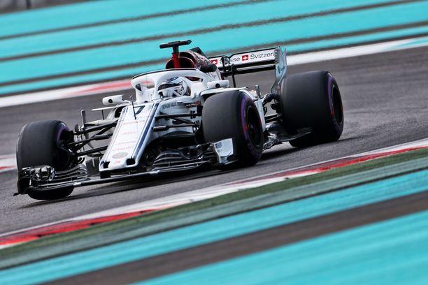 Kimi Räikkönen pääsi tiistaina tutustumaan jo ensi kauden F1-renkaisiin.
