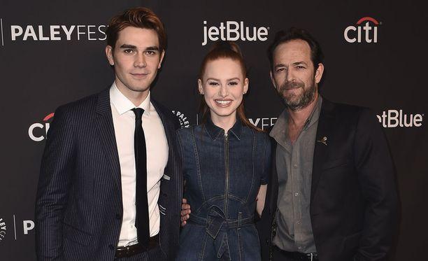 Luke Perry (oikealla) poseeraa Riverdale-kollegoidensa kanssa.