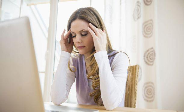Moni työskentelee sairaana ja valehtelee itselleen.