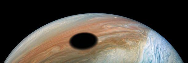 Jupiterin kuu Io heitti varjon Jupiterin päälle syyskussa 2020.