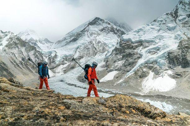 Sveitsiläinen kiipeilijäryhmä Mammut matkalla huipulle mukanaan 360-asteinen kameralaitteisto panoraamakuvia varten.