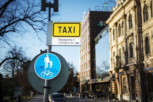 Hallituksen esityksessä arvioidaan, että hinnoittelun vapauttaminen johtaa lisääntyvään kilpailuun sekä hinnoittelussa että palveluiden laadussa. Myös taksien toimintakonseptien ennakoidaan monipuolistuvan.