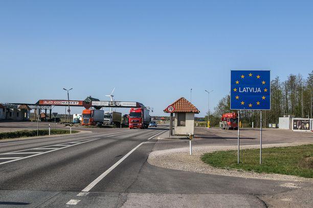 """Baltian maat perustavat """"matkustuskuplan"""". Kuvituskuva vuoden takaa Viron ja Latvian väliseltä rajalta."""