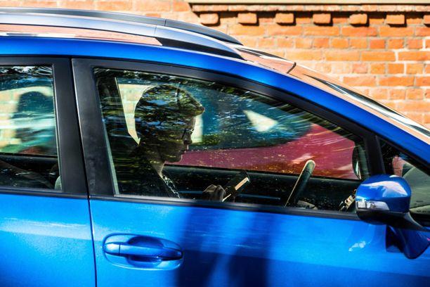 Joka kolmas autoilija kertoo joutuneensa vaaratilanteeseen toisen autoilijan kännykän käytön takia.