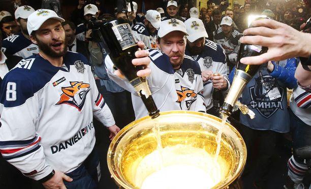 Nyt vakavasti loukkaantunut Wojtek Wolski (numero 8) juhli keväällä KHL:n mestaruutta.