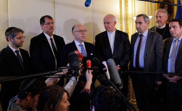 Ranska kiristää jouluna turvajärjestelyjä kirkkojen läheisyydessä, kertoi sisäministeri Bernard Cazeneuve (keskellä vasemmalla) lehdistötilaisuudessa tiistaina.