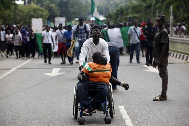 Poliisin Sars-joukkojen vastainen mielenosoitus Ikejan kaupunginosassa Nigerian Lagosissa tiistaina.