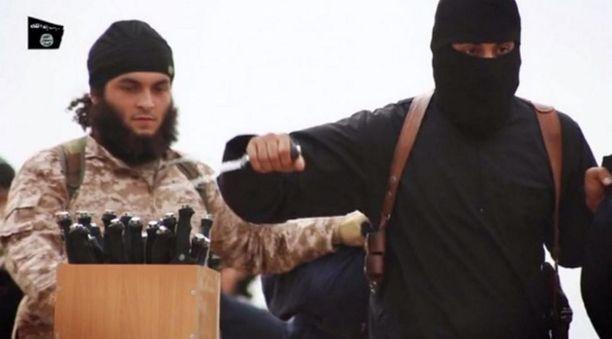 """Vierastaistelijoiden toivotaan ennemmin kuolevan taistelukentillä, ainakin Ranskassa. Arkistokuvassa oikealla sittemmin tapettu britti Mohammed """"Jihadi John"""" Emwazi."""