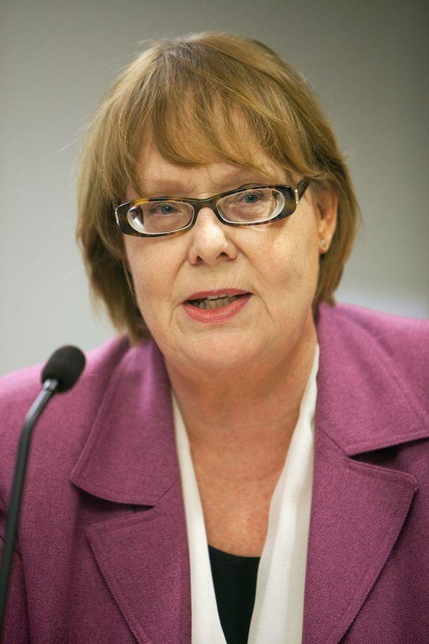 """Perustuslakivaliokunnan puheenjohtaja, Annika Lapintie (vas) on aiemmin myöntänyt, että """"valiokunnan harjoittama valvonta liikkuu oikeuden ja politiikan haasteellisella rajapinnalla""""."""