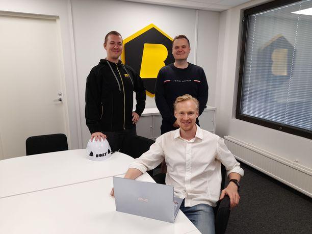 Tapio Porvari, Oskari Reth ja Jere Jantunen (etualalla) vastaavat aputyöntekijöiden rekrytoinnista Boltin Helsingin toimipisteellä.