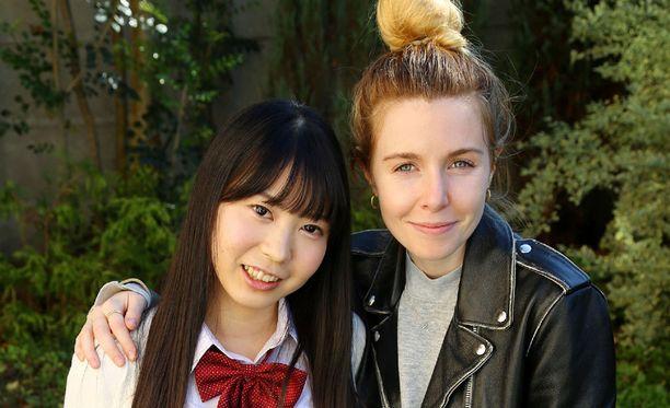 Stacey Dooley kuvassa Waka Otan kanssa. Tämä malli on 19-vuotias.