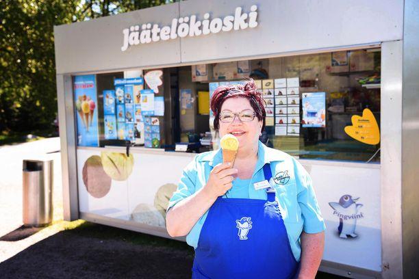 Armi Liljeroos-Räsänen on kouluttanut kaikki Pingviini-jäätelökioskien myyjät.
