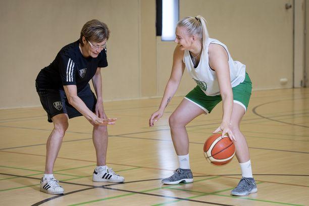 Koripallovalmentaja Lea Hakala ja HBA:n kapteeni Elina Arike nostivat viime kesäkuussa esiin urheilijanaisten kuukautiset. Kuukautiset ovat kilpaurheilussa yhä tabu.