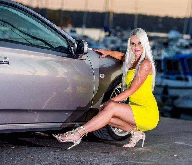 Heidi Tapper pitää autoista ja moottoripyöristä. Kesäisin hän kiertelee autotapahtumissa.