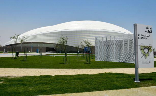 Qatariin yhdistetään merkittäviä ihmisoikeusongelmia, ja raporttien mukaan MM-stadionien rakennustyömailla on sattunut jopa satoja kuolemantapauksia. Kuvassa komeilee Al Wakrah -stadion.