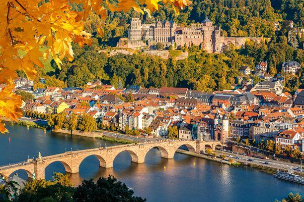 Heidelbergin linna ja vanhakaupunki Neckar-joen toiselta puolelta nähtynä.