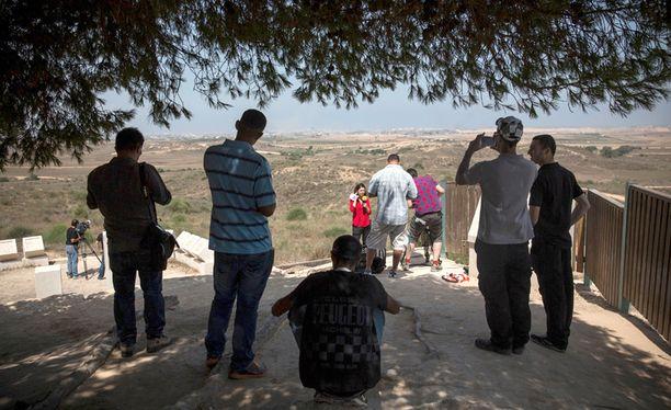 Siviilit ja toimittajat katselivat Gazan taisteluja Sderotin kylästä.