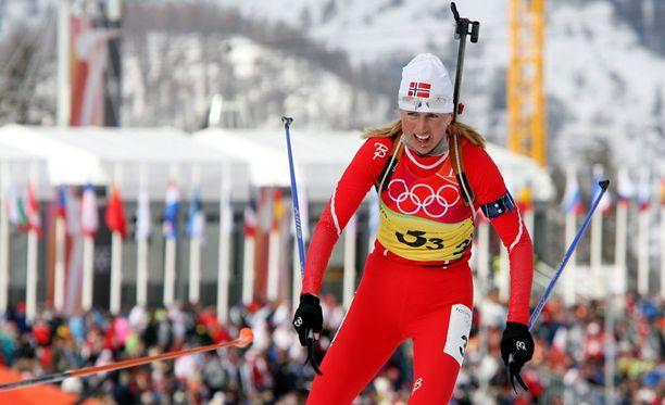 Gunn Margit Andreassen voitti kolme maailmanmestaruutta ja kaikkiaan kuusi MM-mitalia. Olympiatasolla hänen kaulaansa ripustettiin kaksi mitalia. Kuva Torinon olympiaviestistä 2006.