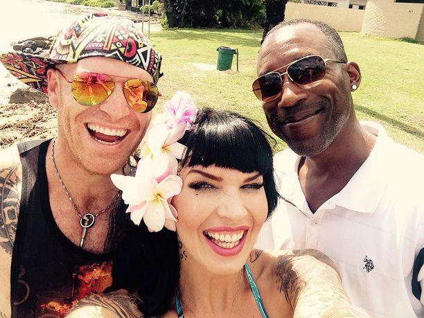 Sini ja Stuart törmäsivät paikalliseen näyttelijäsuuruuteen Erick Dallasiin Havaijin-lomalla.