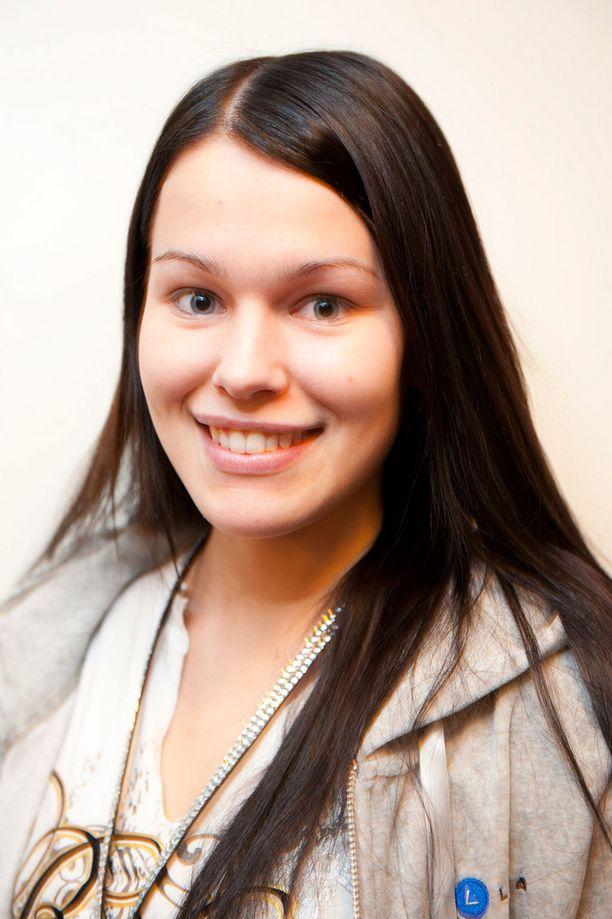 Meikitön Sara poseerasi Iltalehdelle vuonna 2011 missikiertueella ennen ripsipidennysten laittoa.